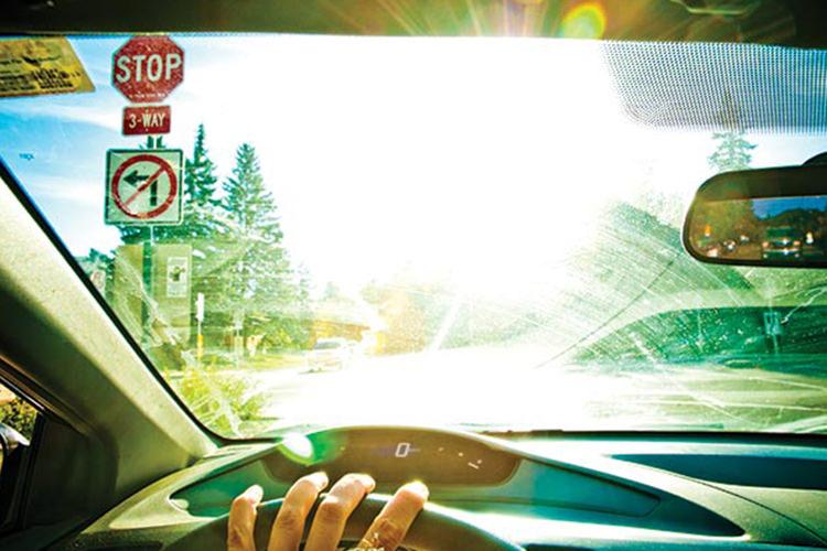 تابش نور از شیشه جلو خودرو
