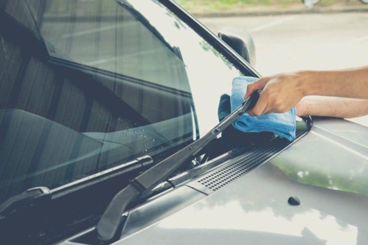 تمیز کردن شیشه جلو خودرو از بیرون